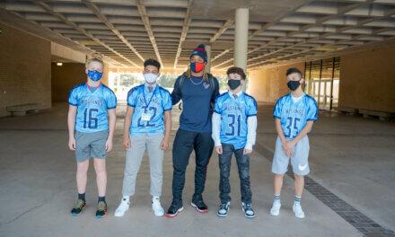 El Houston Texan Justin Reid visita a los atletas de Hildebrandt